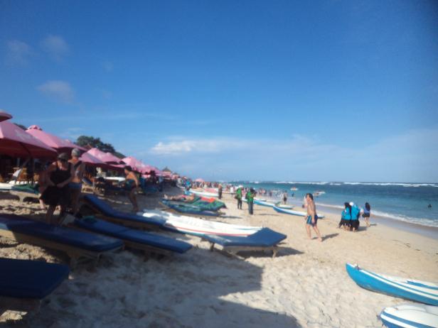 The crowded Pandawa beach